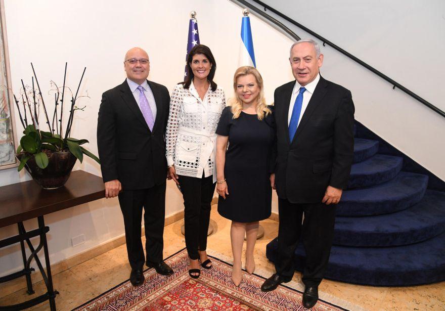 El primer ministro Benjamin Netanyahu, su esposa Sara, el ex embajador de Estados Unidos ante la ONU Nikki Haley y su esposo Michael en la residencia del primer ministro, 27 de junio de 2019. (Crédito de la foto: HAIM ZACH / GPO)