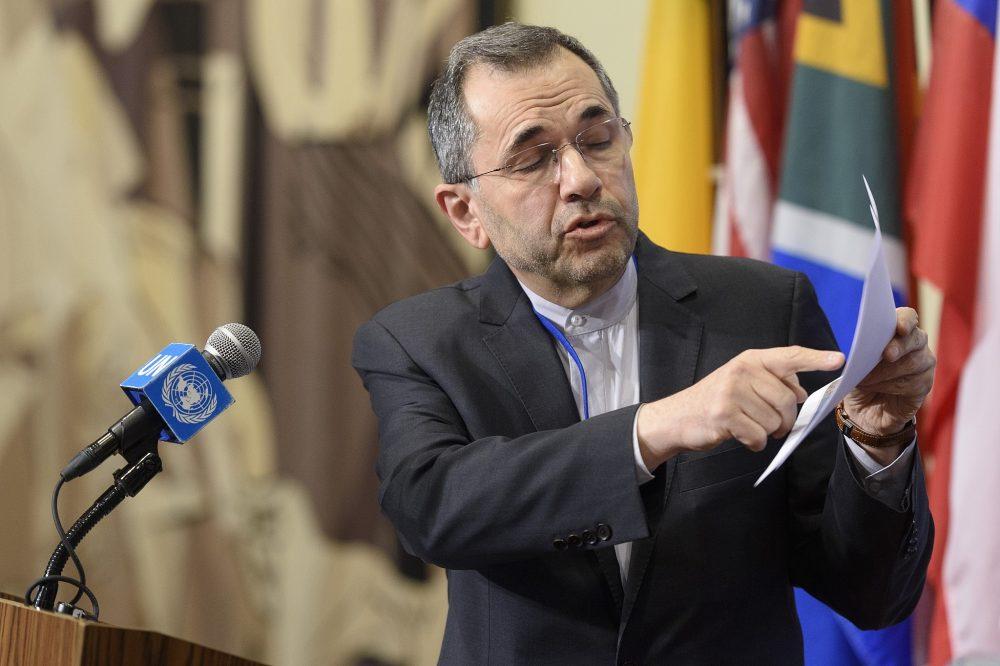 El enviado iraní a la ONU, Majid Takht Ravanchi, informa a los periodistas fuera del Consejo de Seguridad el 24 de junio de 2019. (Loey Felipe / ONU)
