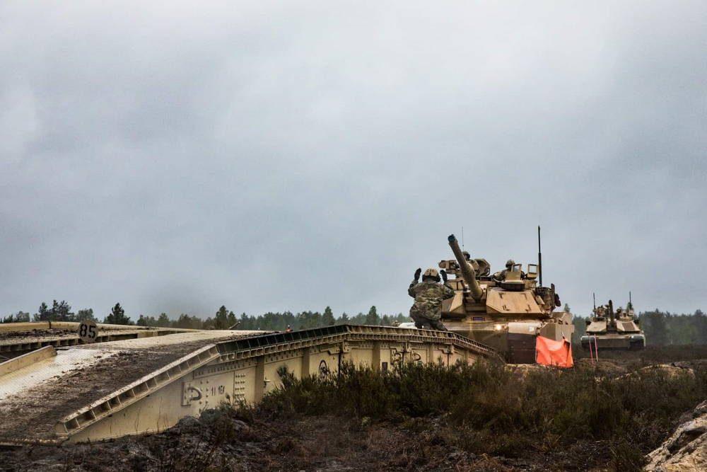 Ejército de los EE. UU. lleva a cabo un entrenamiento militar cerca del Campamento Trzebień en Polonia