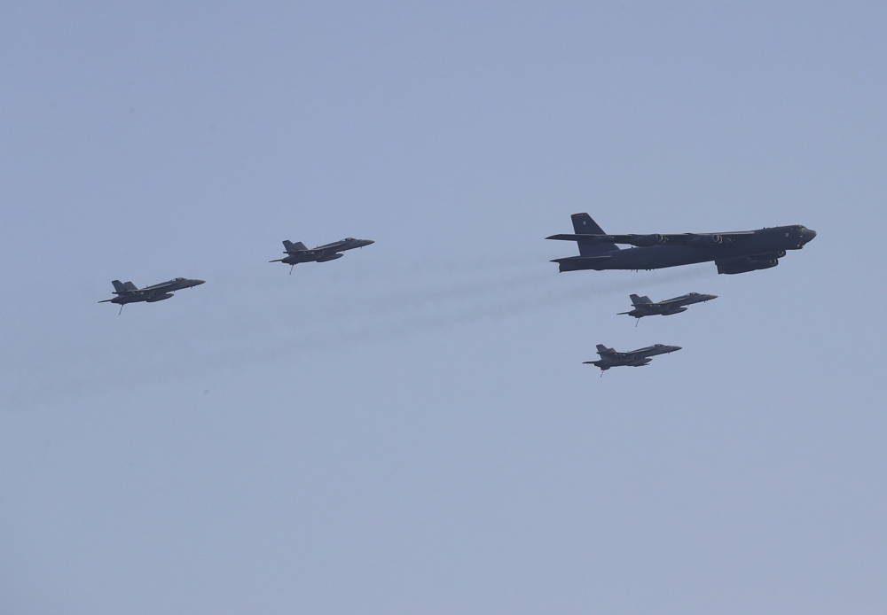F/A-18E realiza un impresionante ataque de auto-escolta con un bombardero B-52H durante los ejercicios conjuntos
