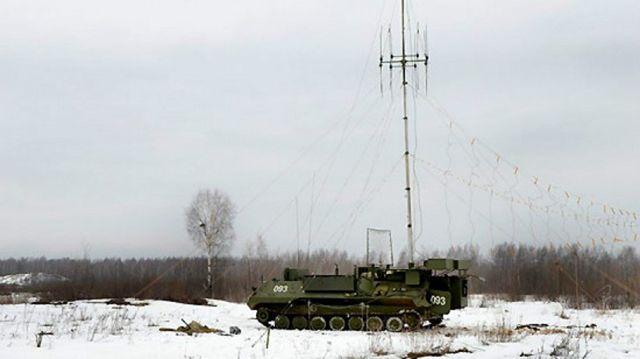 Sistema de EW de largo alcance ruso Borisoglebsk-2 con mástil de antena desplegado.