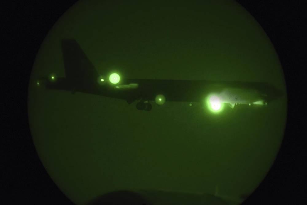 9 de mayo de 2019, una fotografía publicada por la Fuerza Aérea de los Estados Unidos, un Stratofortress B-52H asignada al 20º Expeditionary Bomb Squadron es visto a través de la visión nocturna que llega para un aterrizaje en la Base Aérea de Al Udeid, Qatar (Sargento Ashley Gardner, Fuerza Aérea de los Estados Unidos a través de AP).
