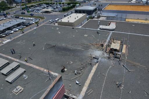 Una foto tomada durante una visita guiada con el ejército saudí el 13 de junio de 2019 muestra el daño en el techo del aeropuerto de Abha en la popular estación de montaña del mismo nombre en el suroeste de Arabia Saudita, un día después de un ataque de misiles rebeldes yemeníes en El aeropuerto civil hirió a 26 civiles. (Fayez Nureldine / AFP)