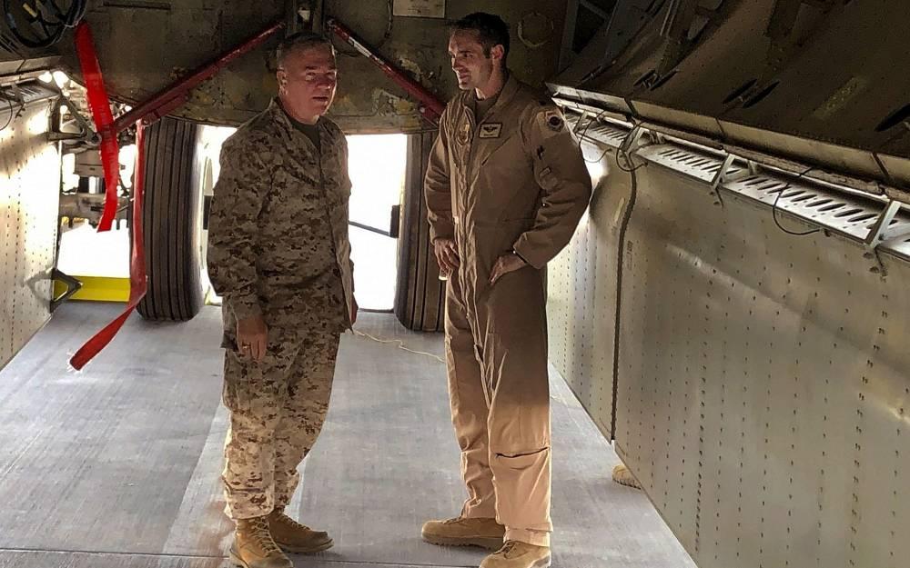 El General de Infantería de Marina Frank McKenzie, jefe del Comando Central de los Estados Unidos, se reúne con un oficial de la Fuerza Aérea bajo la bahía de bombardeo de un bombardero B-52 el 7 de junio de 2019 en la base aérea de al-Udeid en Qatar. (Foto AP/Robert Burns)