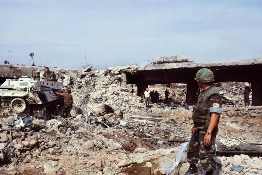 Los marines estadounidenses buscan víctimas después del ataque terrorista que mató a 241 soldados estadounidenses el 23 de octubre de 1983 en Beirut. PHILIPPE BOUCHON / AFP / Getty Images