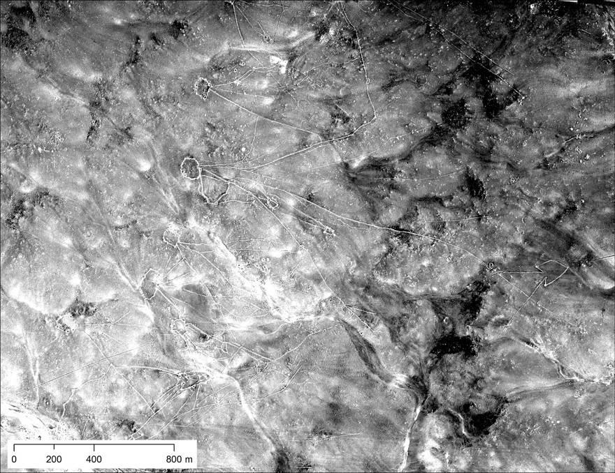 Cometas del desierto en Jordania: note las formas de polígonos con líneas que irradian. Tomado en U2 Mission 1554 el 30 de enero de 1960 (NARA)