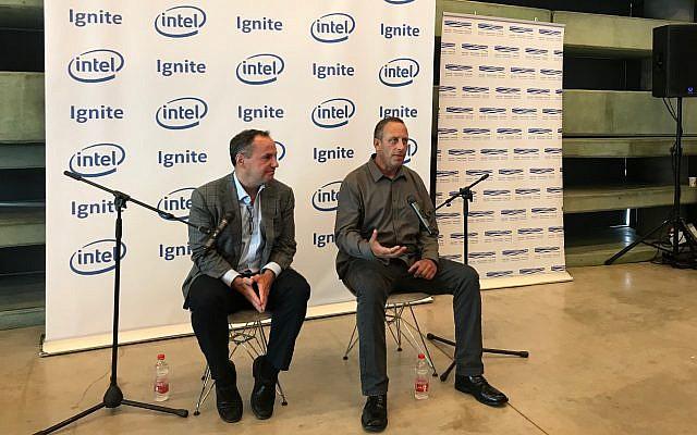 Bob Swan, CEO de Intel Corp., se fue, y Yaniv Garty, gerente general de Intel Israel en una conferencia de prensa el 16 de junio de 2019 en el Centro Peres para la Paz y la Innovación para lanzar un nuevo programa acelerador en Tel Aviv (Shoshanna Solomon / Tiempos de Israel)