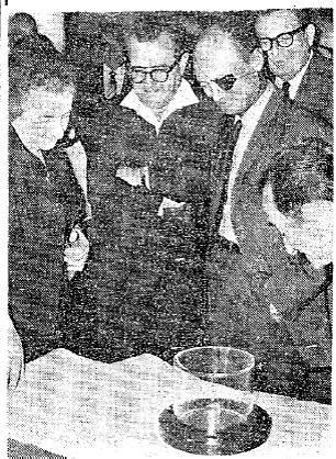 El embajador estadounidense Walworth Barbour presenta una roca lunar a la primera ministra de Israel, Golda Meir, y al ministro de Defensa, Moshe Dayan.