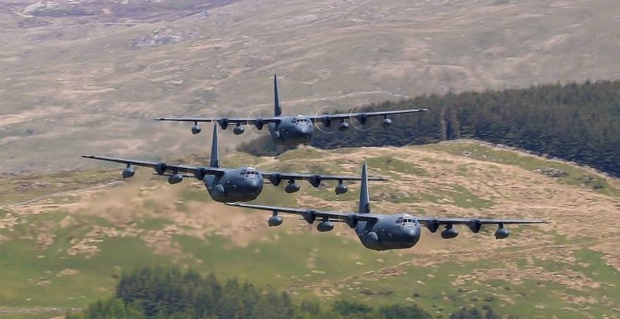 Observa a cuatro MC-130J de la USAF en impresionante formación volando sobre Mach Loop