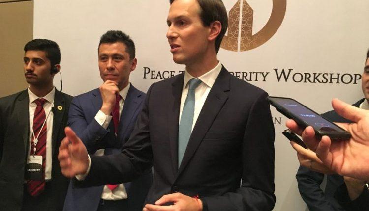 """Jared Kushner, yerno del presidente de los EE. UU. Donald Trump, habla con los reporteros mientras cierra la conferencia económica de Oriente Medio patrocinada por los EE. UU. """"Peace to Prosperity Workshop"""" en la capital de Bahrein, Manama, el 26 de junio de 2019. (SHAUN TANDON / AFP)"""