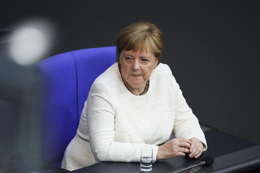 La canciller alemana, Angela Merkel, asiste a una ceremonia en el parlamento alemán Bundestag en Berlín, Alemania, el 27 de junio de 2019. (Markus Schreiber / AP)