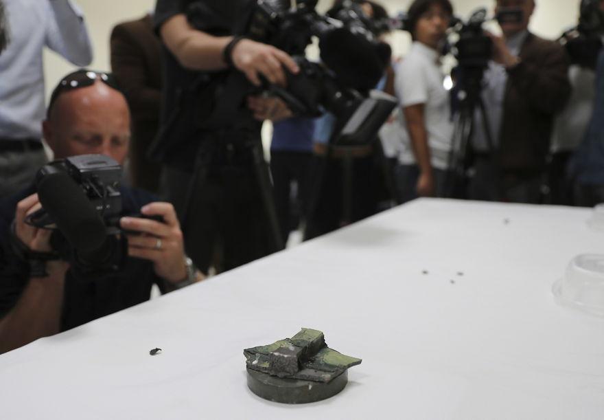 Los periodistas tomaron fotos en una base de la Armada de los EE. UU. En los EAU el 19 de junio de 2019 de un imán que, según la Armada, proviene de una mina de laca sin explotar que estaba conectada a un petrolero de propiedad japonesa. (AP / Kamran Jebreili)