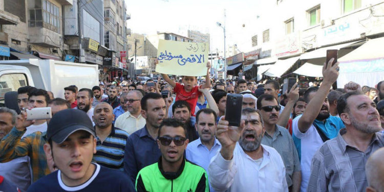 Los miembros de la Hermandad Musulmana gritan consignas durante una protesta contra el cierre de la mezquita al-Aqsa, que los policías israelíes cerraron para adorar, en la capital Amman, Jordania el 15 de julio de 2017. (Salah Malkawi - Agencia Anadolu)