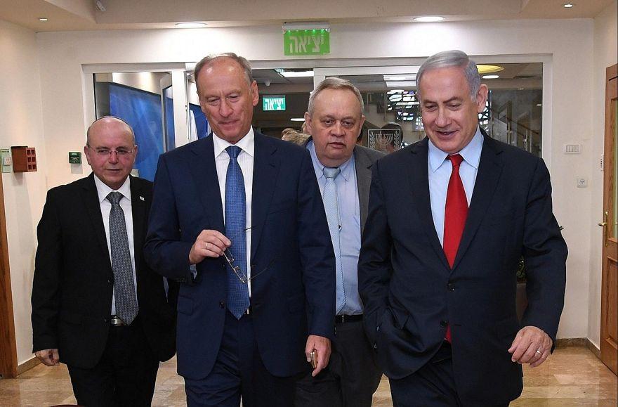 El primer ministro Benjamin Netanyahu, derecha, se encuentra con el asesor de seguridad nacional de Rusia, Nikolai Patrushev, segundo desde la izquierda, en Jerusalén, el 24 de junio de 2019. El asesor de seguridad nacional de Israel, Meir Ben-Shabat, está a la izquierda. (Haim Tzach / GPO)