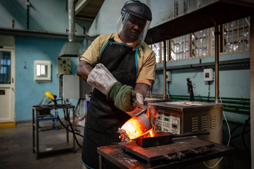 Refinación de oro en AGR. FOTO: ESTHER RUTH MBABAZI PARA THE WALL STREET JOURNAL