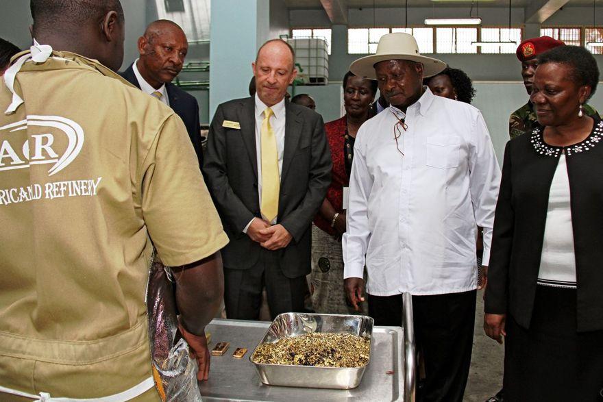 El presidente de Uganda, Yoweri Museveni, en blanco, con Alain Goetz y hojuelas de oro en AGR en 2017. FOTO: GAEL GRILHOT / AGENCE FRANCE-PRESSE / GETTY IMAGES