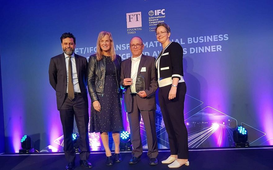 La startup israelí N-Drip obtienen el Premio a la Excelencia en Solución Disruptiva en los Premios de Negocios Transformacionales 2019 de la Corporación Financiera Internacional (IFC) y The Financial Times (FT); De izquierda a derecha: Ravi Mattu (FT), Vivienne Ming, (Socos Labs), Prof. Uri Shani, Presidente y CTO, N-Drip, Kelly Widelska (IFC); Londres, 13 de junio de 2019 (FT / IFC)