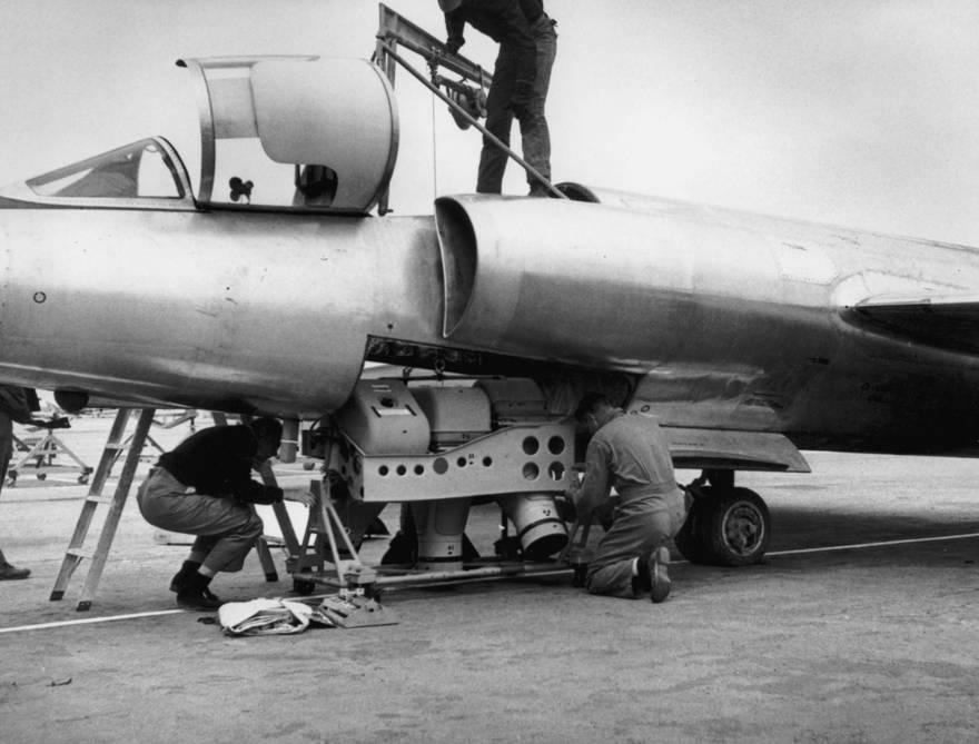 Los técnicos cargan una cámara en el fuselaje de un avión U2 (Wiki commons)