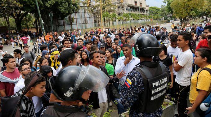 Los estudiantes discuten con los oficiales de policía durante un mitin en apoyo del líder de la oposición Juan Guaido y contra Nicolas Maduro en la Universidad Central de Venezuela en Caracas, Venezuela, 2 de mayo de 2019. (Edilzon Gamez / Getty Images / vía JTA)