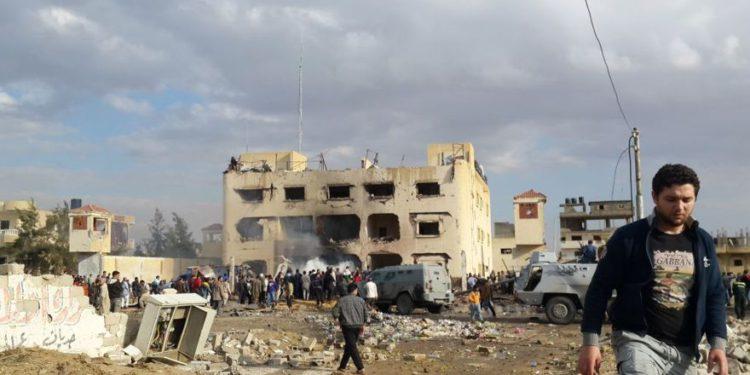 Ilustrativo: los egipcios se reúnen en el lugar después de un bombardeo que golpeó una estación de policía principal en la capital de la provincia norteña de Sinaí en El-Arish, Egipto, 12 de abril de 2015. (Muhamed Sabry / AP)