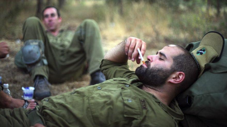 Soldados israelíes fumando durante el entrenamiento en el norte de Israel, 14 de junio de 2009. (Matanya Tausig / Flash90)