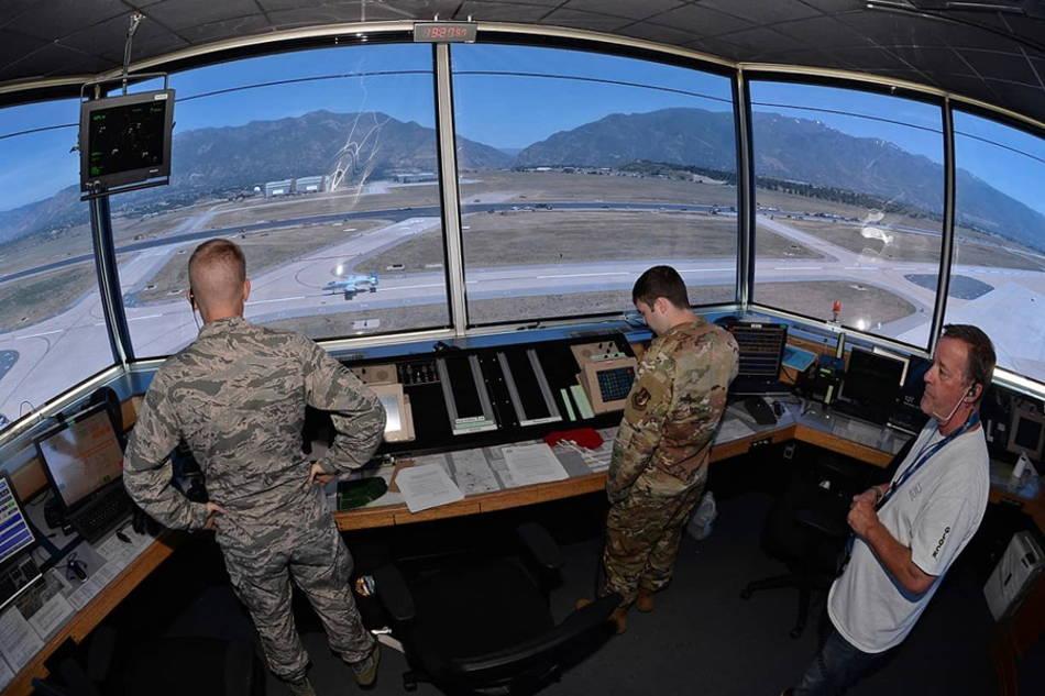 Pilotos de la Fuerza Aérea de EE.UU. usan la pista de rodaje como pista de aterrizaje en la Base Aérea de Hill