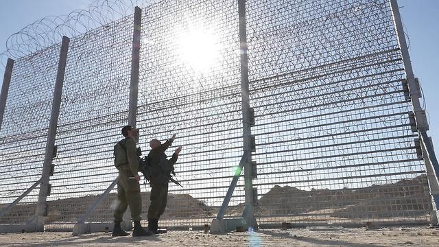 Barrera de tierra construida a lo largo de la frontera con Gaza