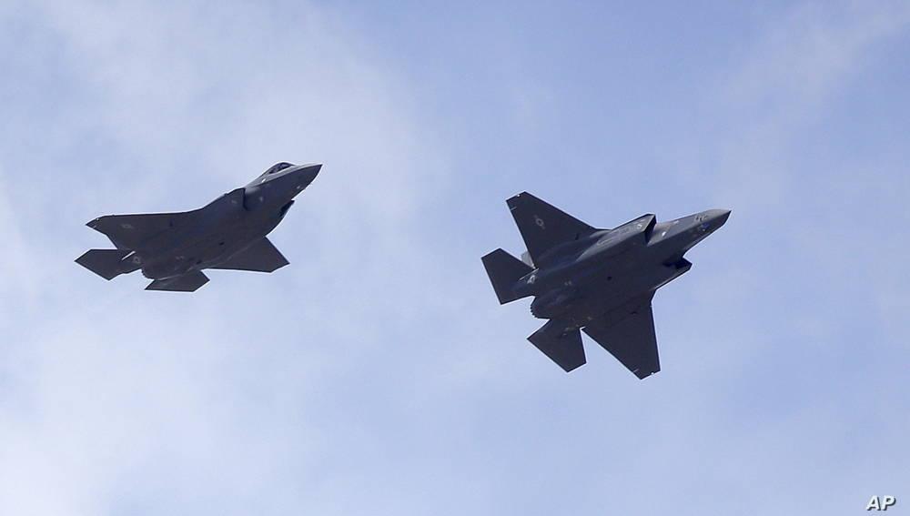 ARCHIVO - Dos aviones F-35 llegan a la Base de la Fuerza Aérea Hill en el norte de Utah, el 2 de septiembre de 2015.