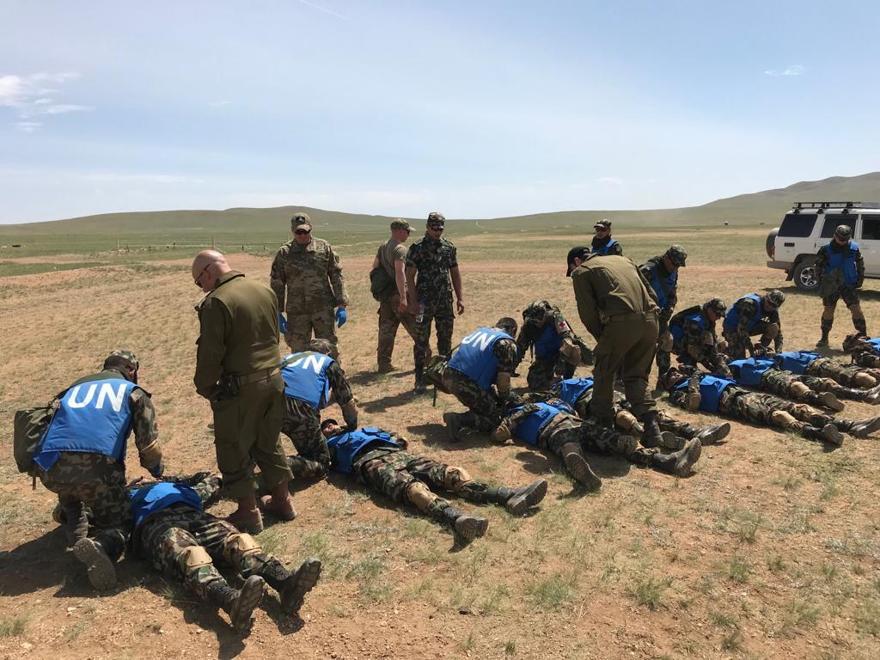 El Maj. Roy Stern y Cpt. El Dr. Kobi Weissmehl de las FDI capacitaron al personal de mantenimiento de la paz de las Naciones Unidas durante el ejercicio Khaan Quest en Mongolia en junio de 2019. (Fuerzas de Defensa de Israel)