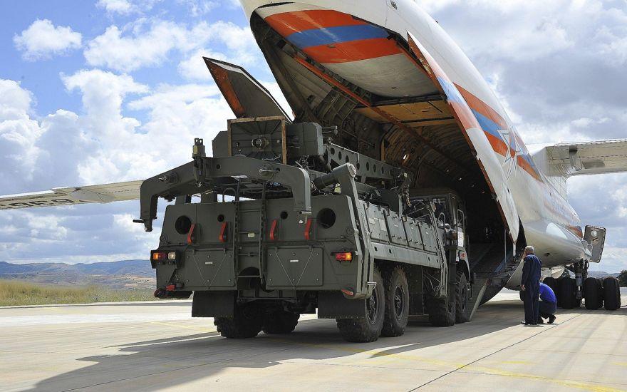 Los vehículos y equipos militares, partes de los sistemas de defensa aérea S-400, se descargan desde un avión de transporte ruso, en el aeropuerto militar Murted en Ankara, Turquía, el 12 de julio de 2019. (Ministerio de Defensa turco a través de AP, Pool)