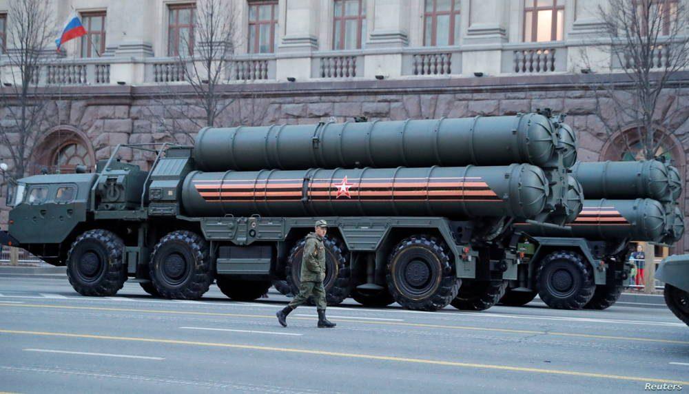 ARCHIVO - Un militar ruso pasa por los sistemas de defensa de misiles S-400 en el centro de Moscú, el 29 de abril de 2019.