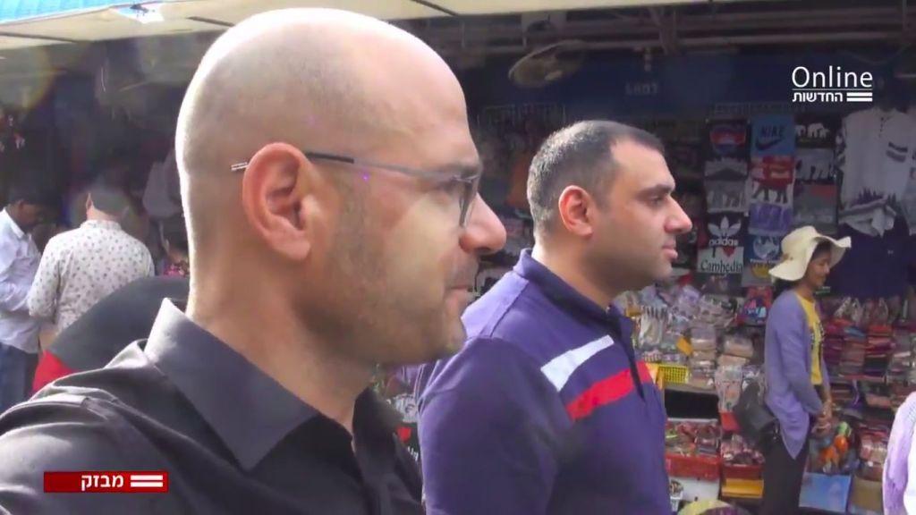 Suhaib Yousef y Ohad Hemo en un mercado asiático (Captura de pantalla canal 12)