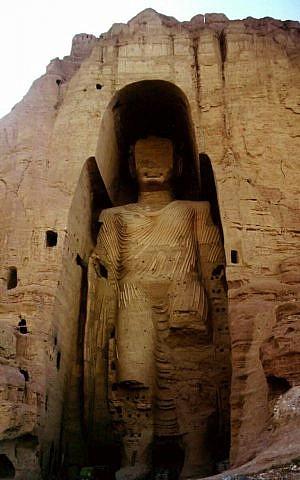 Una foto sin fecha de la estatua de Buda más alta del mundo, que mide 53 metros de altura (175 pies), en Bamiyan, al oeste de Kabul en Afganistán. (AP)