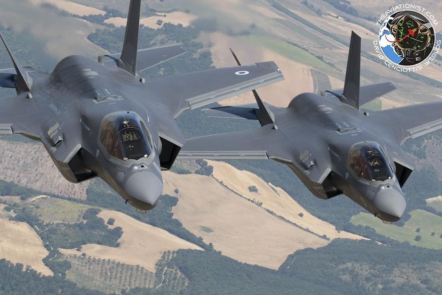 """Los dos F-35B que participaron en los simulacros conjuntos con el aterrizaje de la Fuerza Aérea italiana en Amendola en su regreso de Chipre. Curiosamente, la designación MOD del Reino Unido para el avión es """"Lightning"""" y no """"Lightning II""""."""