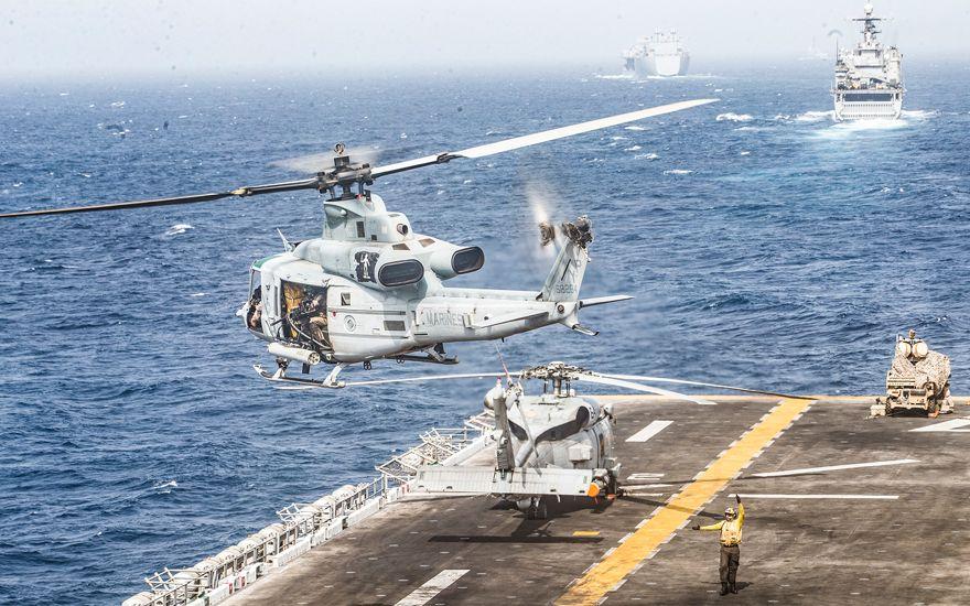Un helicóptero UH-1Y Venom despega de la cubierta de vuelo del buque de asalto anfibio USS Boxer en el Estrecho de Hormuz, 18 de julio de 2019. (Foto del Cuerpo de Marines de los EE. UU. Por Lance Cpl. Dalton Swanbeck / Lanzamiento)