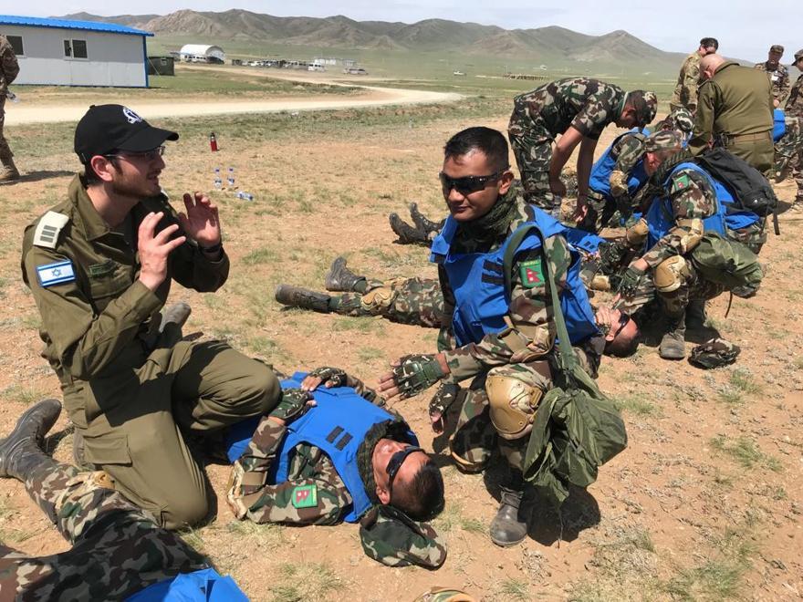 El Dr. Kobi Weissmehl de las FDI capacita al personal de mantenimiento de la paz de las Naciones Unidas desde Nepal durante el ejercicio Khaan Quest en Mongolia en junio de 2019. (Fuerzas de Defensa de Israel)