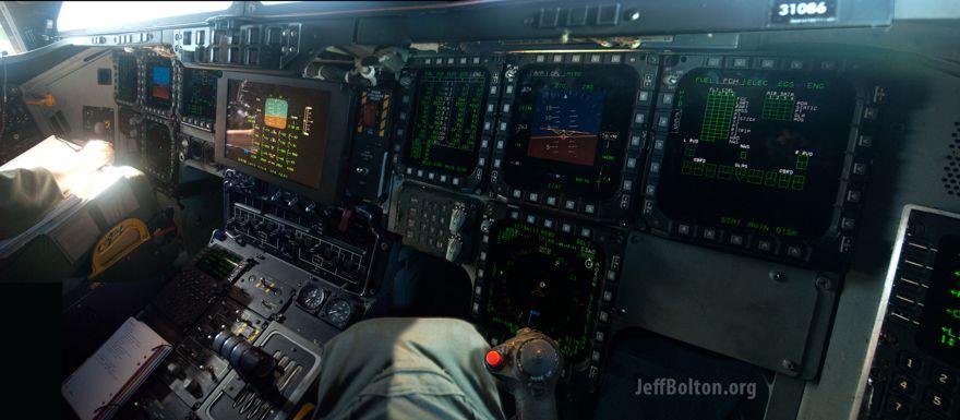 Dentro de la cabina de un bombardero furtivo B-2.