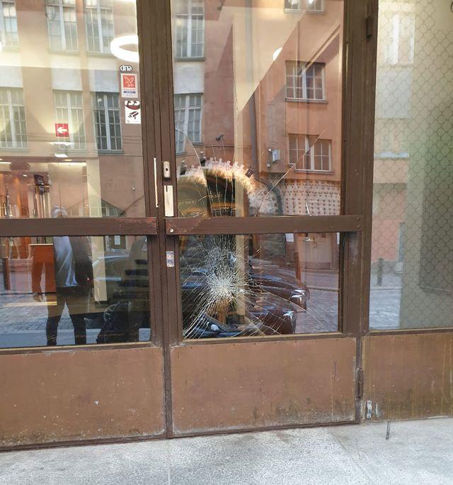 Puertas de cristal de la embajada destrozadas por vándalos.