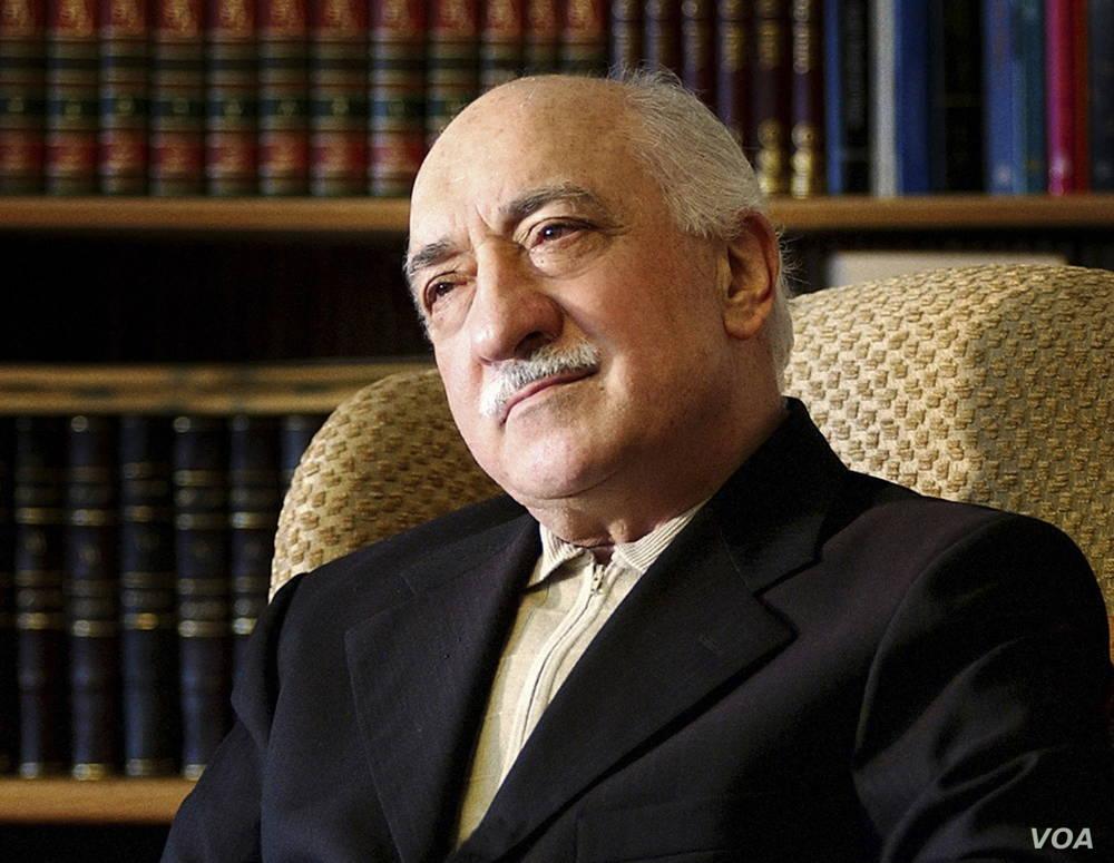 ARCHIVO: el clérigo islámico Fethullah Gulen aparece en su residencia en Saylorsburg, Pa., El 28 de diciembre de 2004.