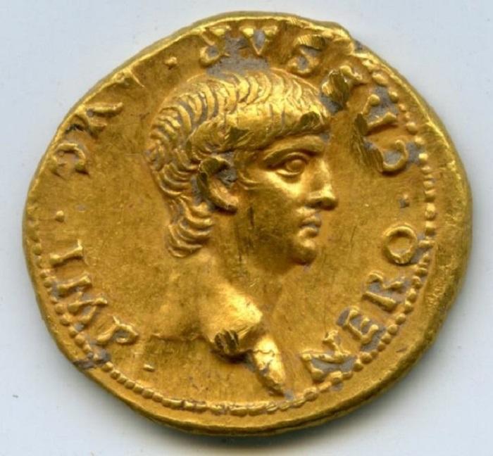 Una moneda romana que muestra al emperador Nerón, que se encontró en Jerusalén y se cree que se remonta al 56 EC. (Cortesía de la Universidad de Carolina del Norte)