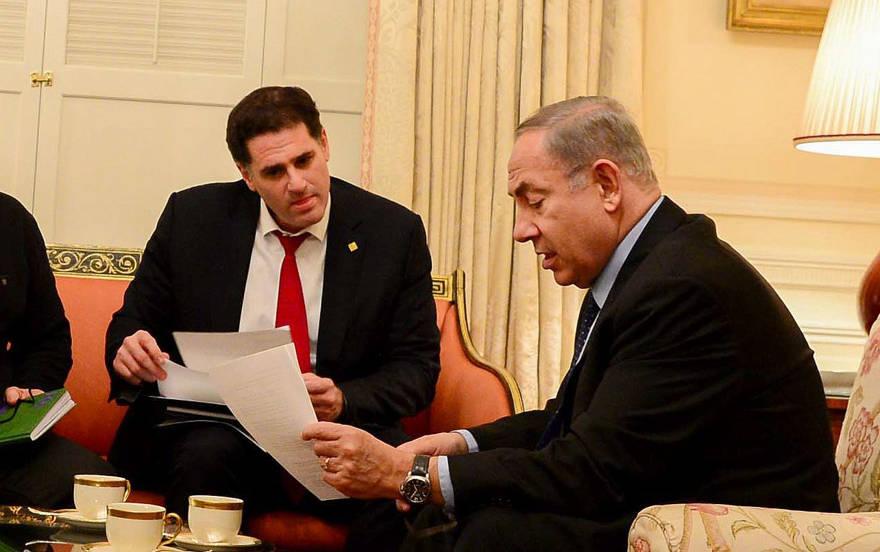 El primer ministro Benjamin Netanyahu (R) con el embajador de Israel en los EE. UU. Ron Dermer, en la casa de huéspedes del presidente, en Washington, DC, el 14 de febrero de 2017. (Avi Ohayon / GPO)