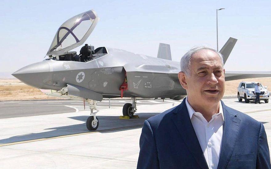 El primer ministro Benjamin Netanyahu se encuentra frente a un caza de combate F-35 en la base de Nevatim de la Fuerza Aérea de Israel en el sur de Israel. (Amos Ben Gershom / GPO)