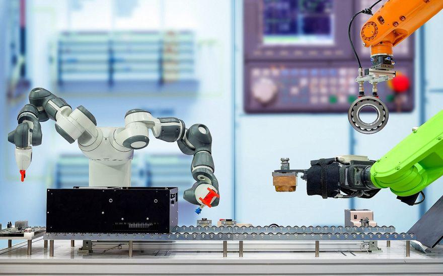 Imagen ilustrativa de IoT, fábrica inteligente, brazo de robot tecnológico de la Industria 4.0 (Chiradech; iStock by Getty Images)