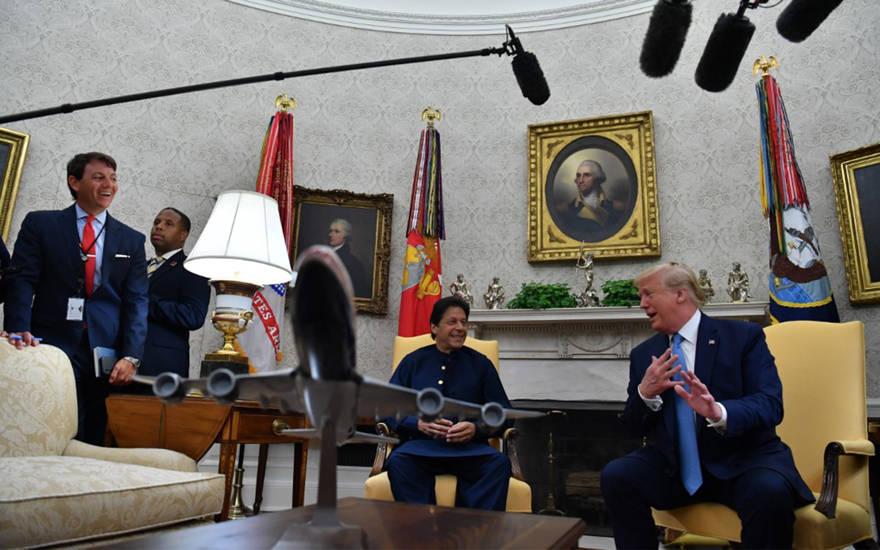 El presidente de los Estados Unidos, Donald Trump, habla durante una reunión con el primer ministro pakistaní, Imran Khan, en la Oficina Oval de la Casa Blanca en Washington, DC, el 22 de julio de 2019. (Nicholas Kamm / AFP)