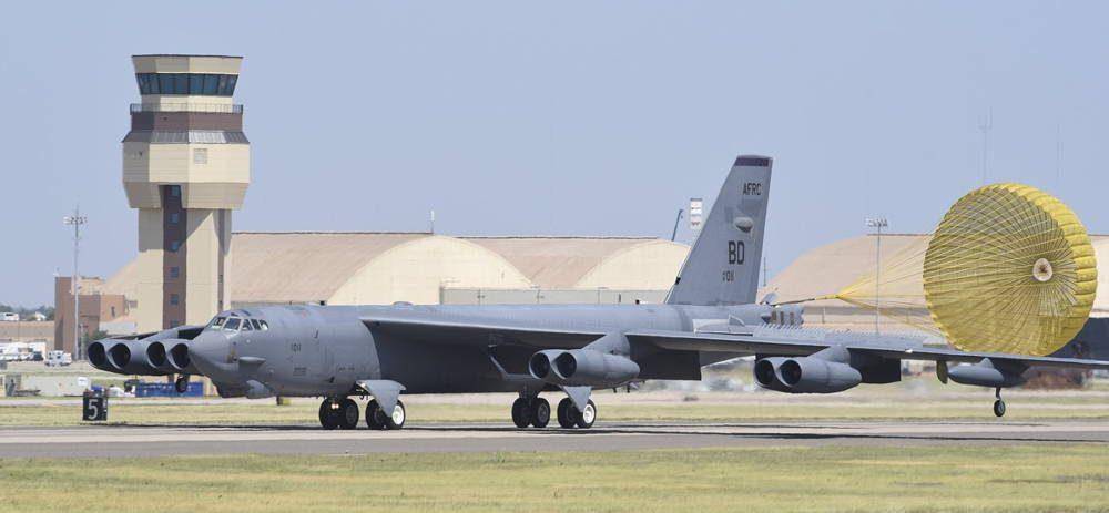 Bombardero B-52H llega a la Base de la Fuerza Aérea Tinker tras recibir modernizaciones