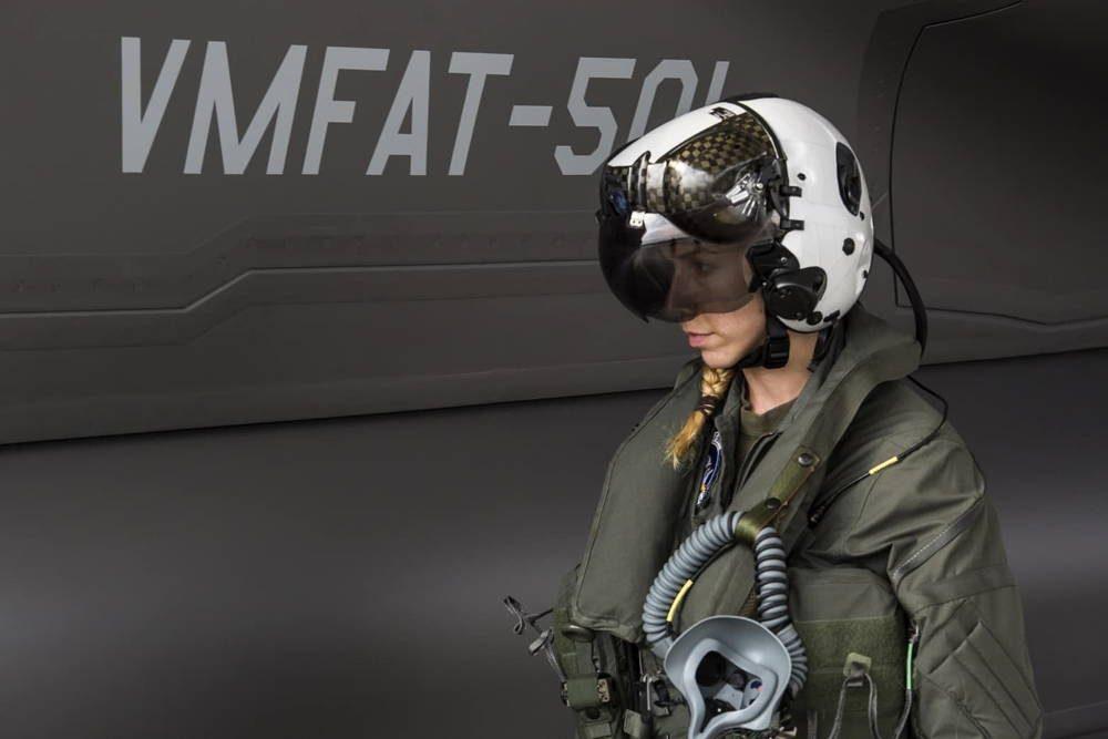 Primera piloto femenina del F-35B se graduó del Cuerpo de Marines de EE. UU.