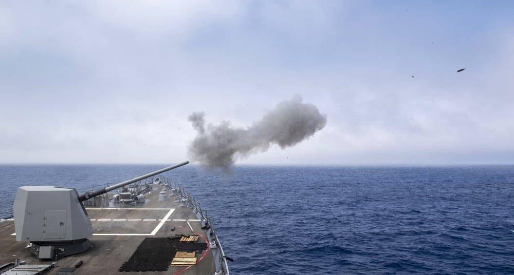 Destructor de misiles guiados USS Michael Murphy realiza ejercicio con fuego vivo