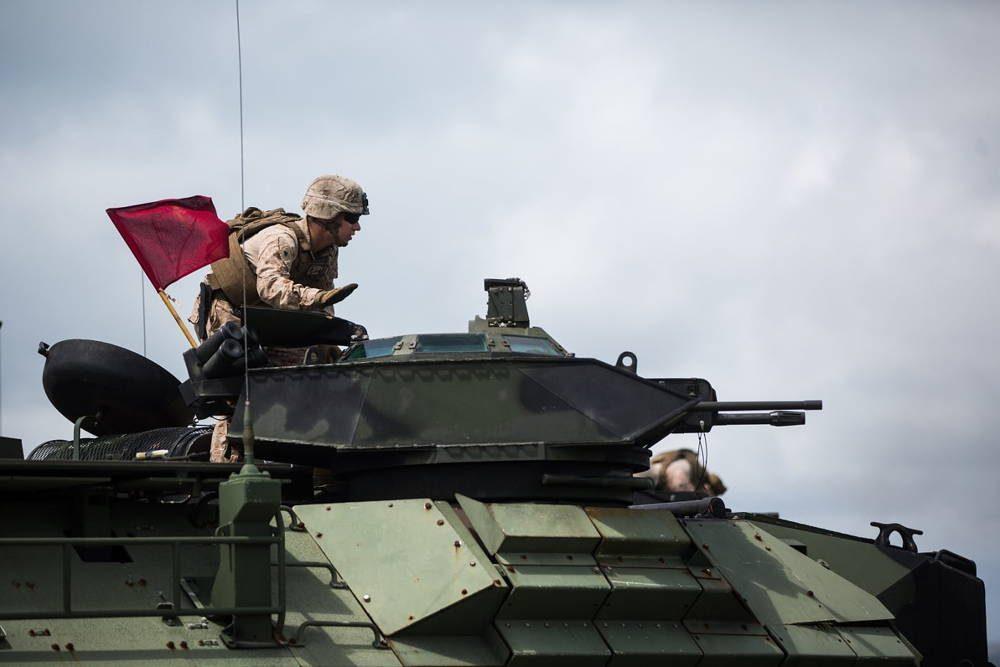 Infantería de Marina de EE.UU. realiza entrenamiento con armas de la AAV en Japón