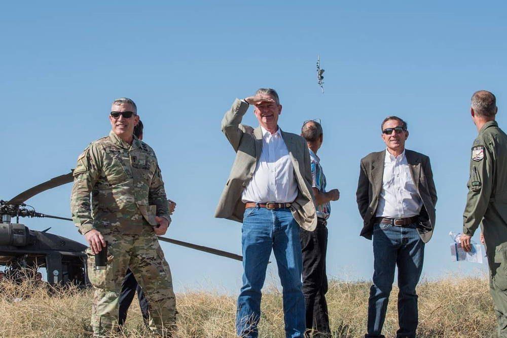Gobernador de Idaho visitó el centro de entrenamiento de Orchard para ver las prácticas del A-10 Thunderbolt II