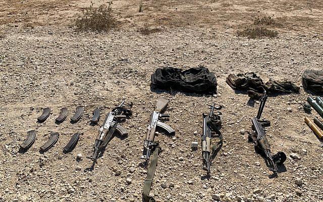 Una colección de AK-47 llevados por cuatro palestinos que intentaron infiltrarse en Israel a través de la valla fronteriza con Gaza, 10 de agosto de 2019. (Fuerzas de Defensa de Israel)